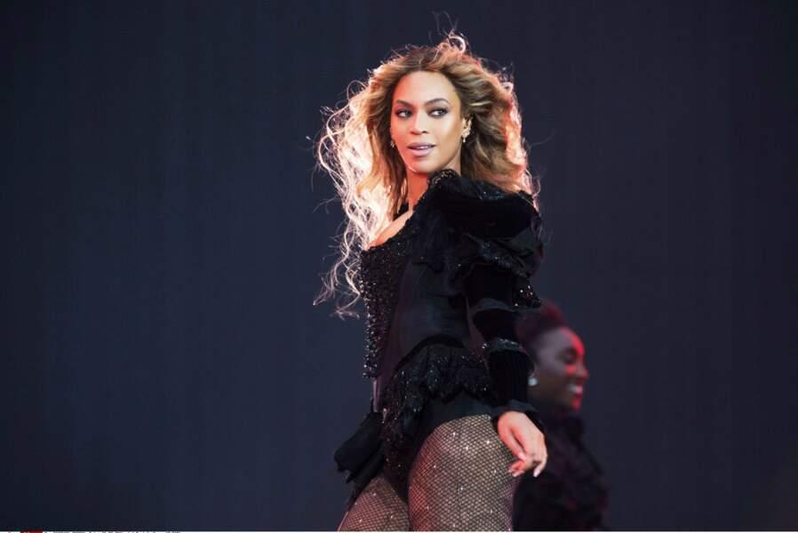 Body noir, cuissardes sexy : à 34 ans, la chanteuse est au top