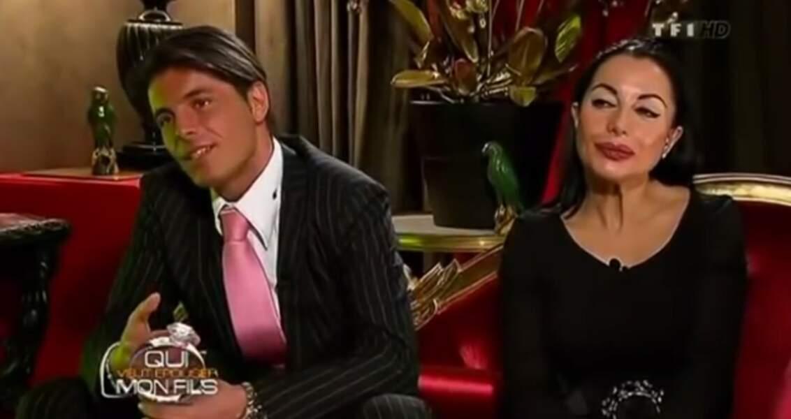 Giuseppe, célèbre macho, est toujours très accroché à sa mère Marie-France et son cheveu sur la langue !
