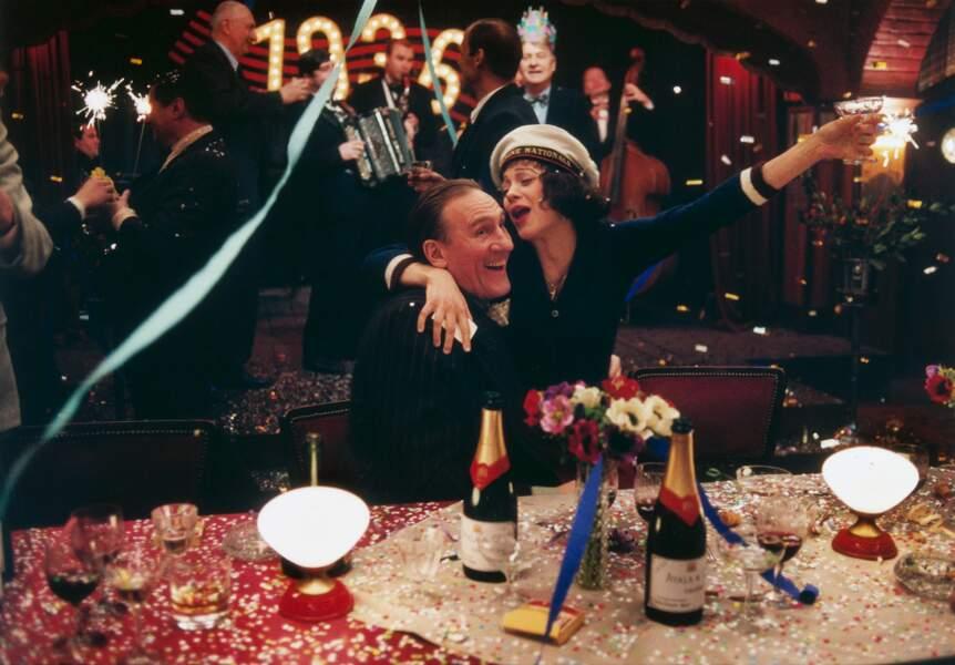 En directeur de cabaret dans La Môme (2007) avec Marion Cotillard