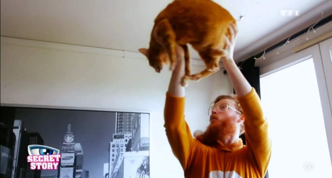 Il est assorti à son chat ! Trop la classe !