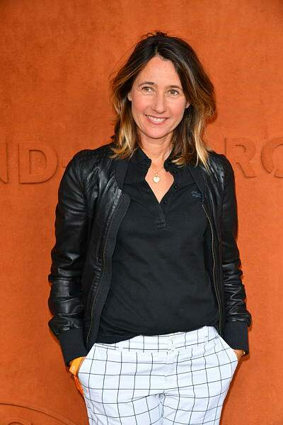 Alexia Laroche-Joubert vêtue d'un très joli pantalon à carreaux
