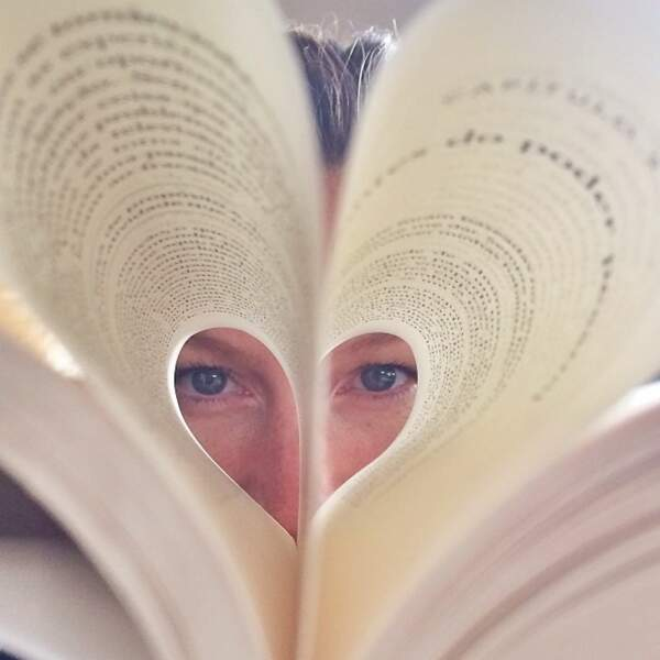 Qui se cache derrière ce livre dont les pages forment un coeur ?