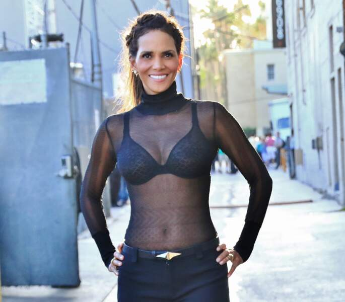 Halle Berry aime également les blouses transparentes