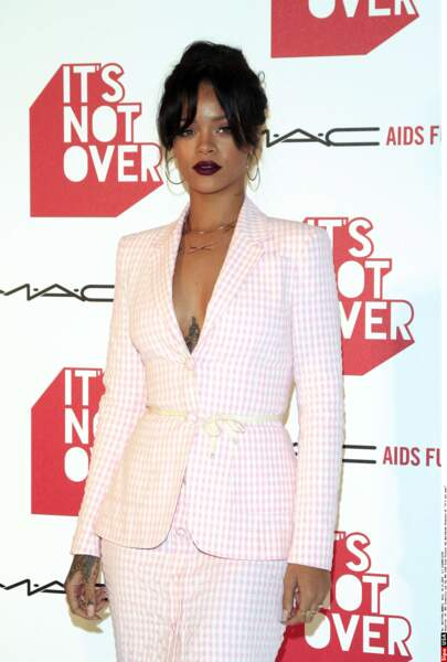 En 2014, Rihanna adopte un look sexy avec son tailleur en Vichy rose et son décolleté vertigineux