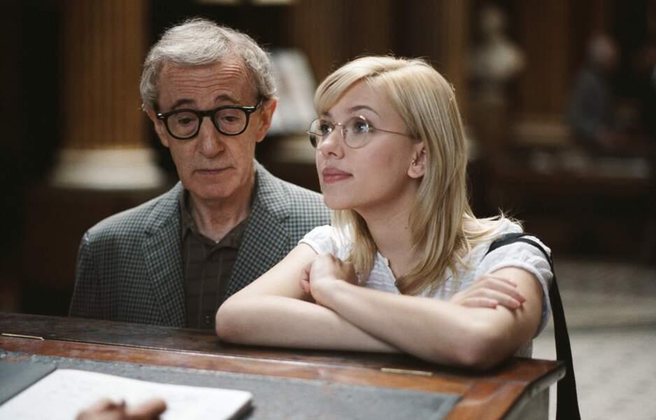 Femme à lunettes au côté de Woody Allen dans Scoop