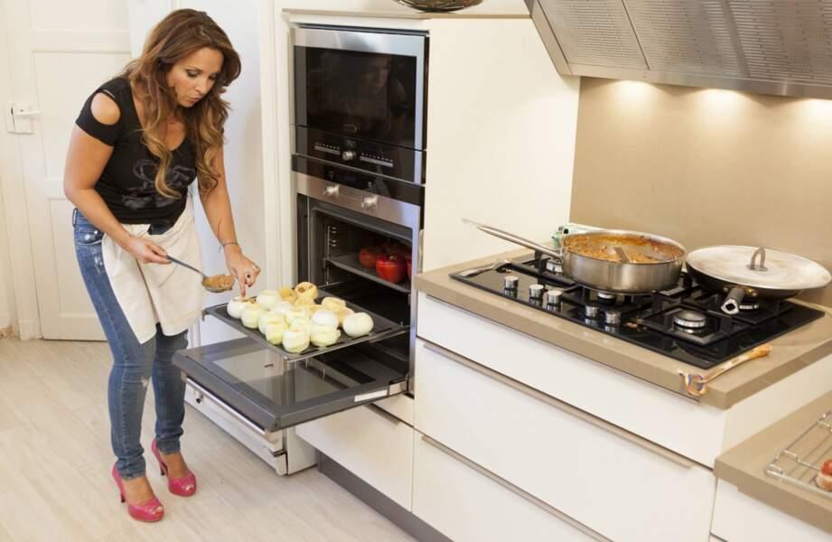 Hélène Ségara dans sa cuisine