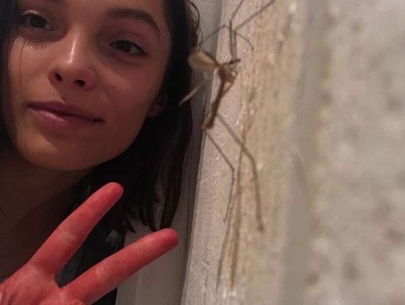 Lola n'a pas peur des insectes !