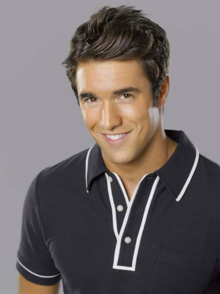 Josh Bowman est Daniel Grayson, le fils adoré