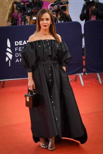 Pour la soirée de clôture, elle a subjugué les photographes avec sa robe noire