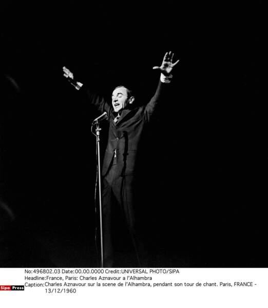 Charles Aznavour sur la scène de l'Alhambra en 1960