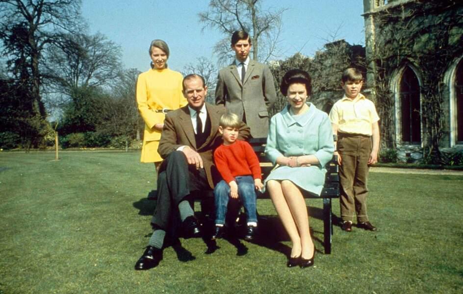 La famille s'est bien agrandie avec l'arrivée d'Andrew (1960) et Edward (1964), chouchous de leur mère