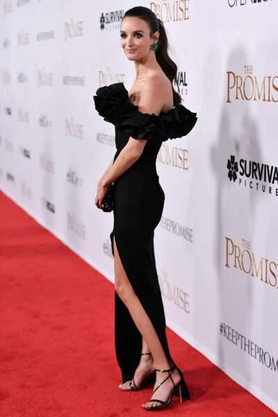 Regardez comme elle était séduisante dans cette robe noire fendue à froufrous