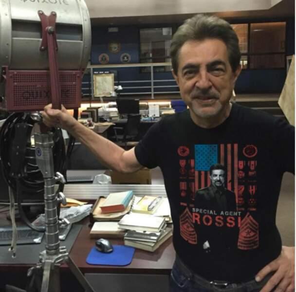 Joe Mantegna incarne David Rossi, l'un des pères fondateur du profilage dans Esprits criminels