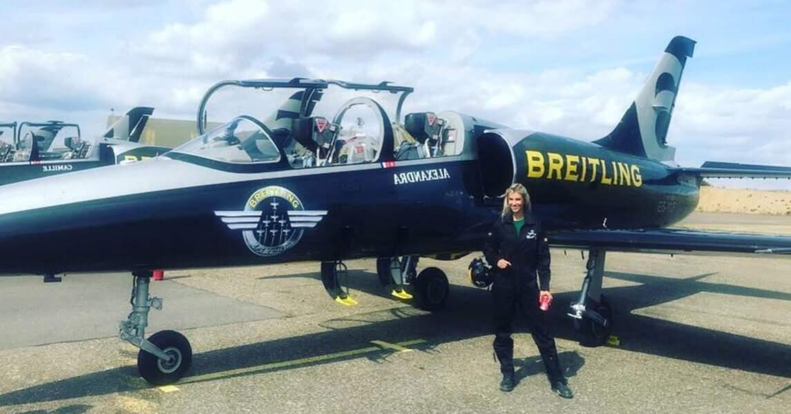 Camille Cerf sublime à côté de son avion
