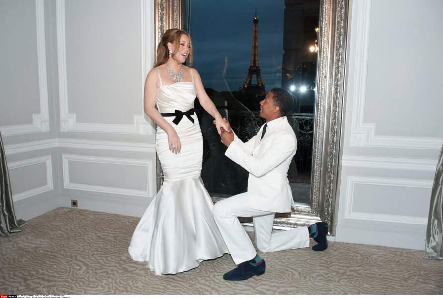 Mariah Carey porte une robe fourreau en satin avec noeud noir soulignant la taille