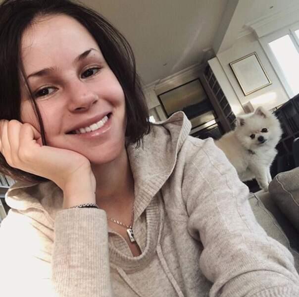 Marina Kaye et son petit chien trop mignon