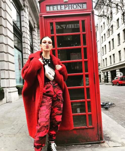 Millie Bobbie Brown, totalement raccord avec le mobilier urbain de Londres.
