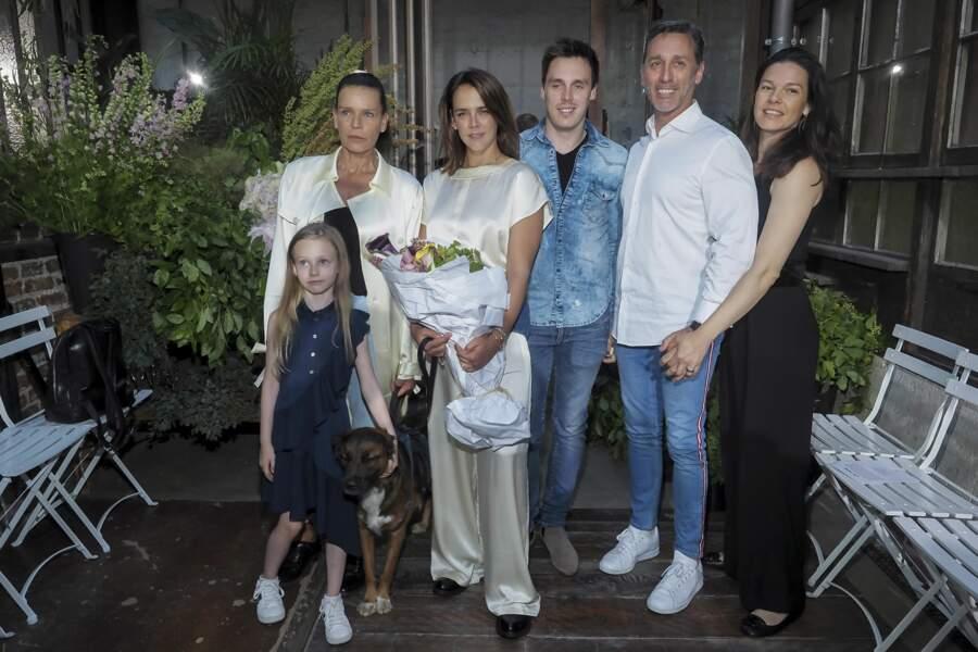 Pauline entourée de sa mère, de sa sœur Linoué, de son frère Louis, de son père et de sa belle-mère