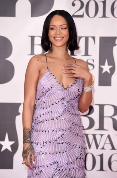 Rihanna, presque sage dans sa robe parme