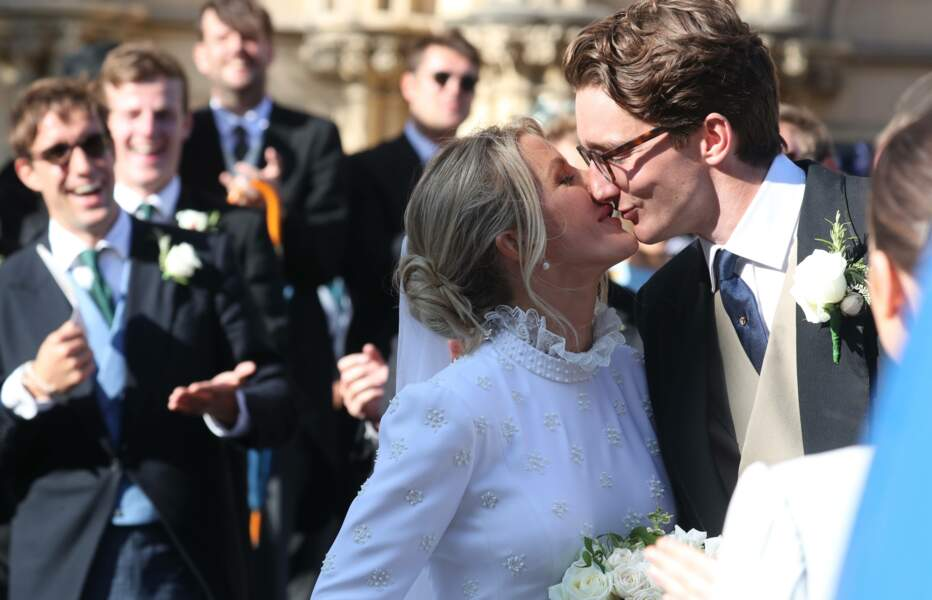 Les jeunes mariés ont échangé un tendre baiser sur le parvis de la cathédrale