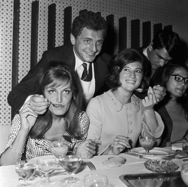 1965. Lancement de la nouvelle saison de RTL. Jacques Martin sert la soupe à Dalida, Sheila et Nana Mouskouri.