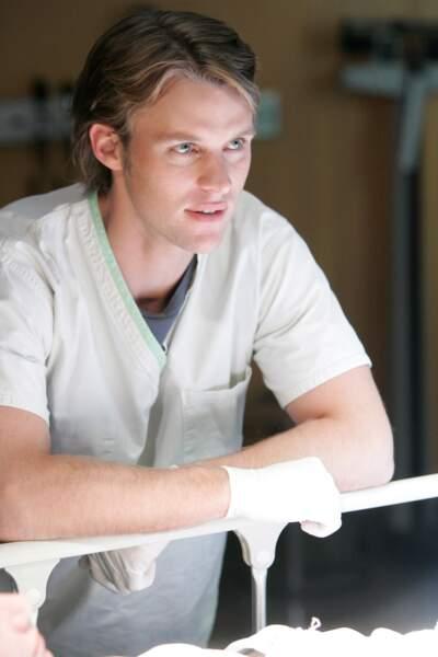 Robert Chase apparaît comme étant un médecin docile étant toujours de l'avis de House pour se faire bien voir...