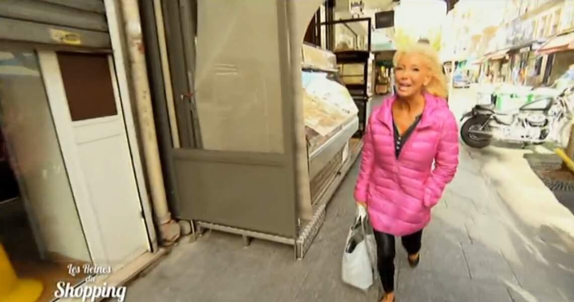 La longue doudoune rose de cette candidate des Reines du shopping, on en parle ?