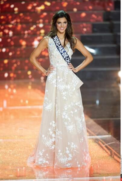 De retour en France, Iris défile lors de l'élection de Miss France 2016, à Lille, le 19 décembre 2015