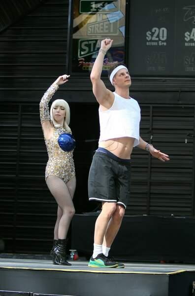 Matthieu Delormeau, à fond dans sa chorégraphie, semble accompagné d'un sosie de Lady Gaga...