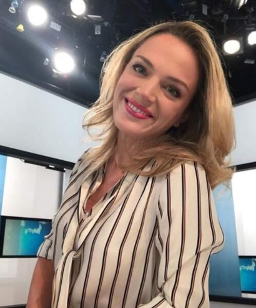 La jolie blonde officie également sur TV5 Monde, où elle anime le journal de l'économie