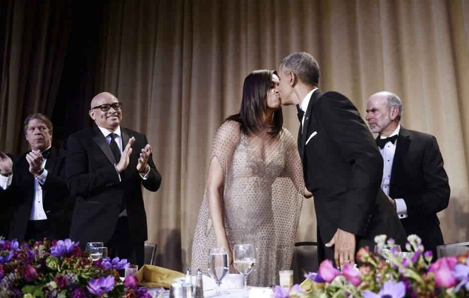 Le bisou de Barack à Michelle ! So romantique !