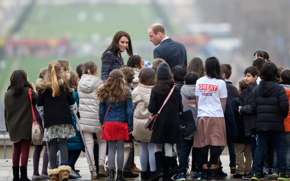 Le Prince William et Kate Middleton, place du Trocadéro à Paris, entourés d'enfants