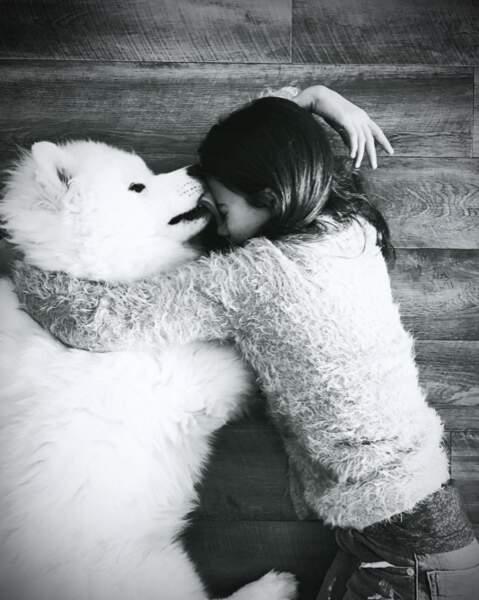 Moment câlin entre la fille d'Alizée et leur chien Jon Snow.