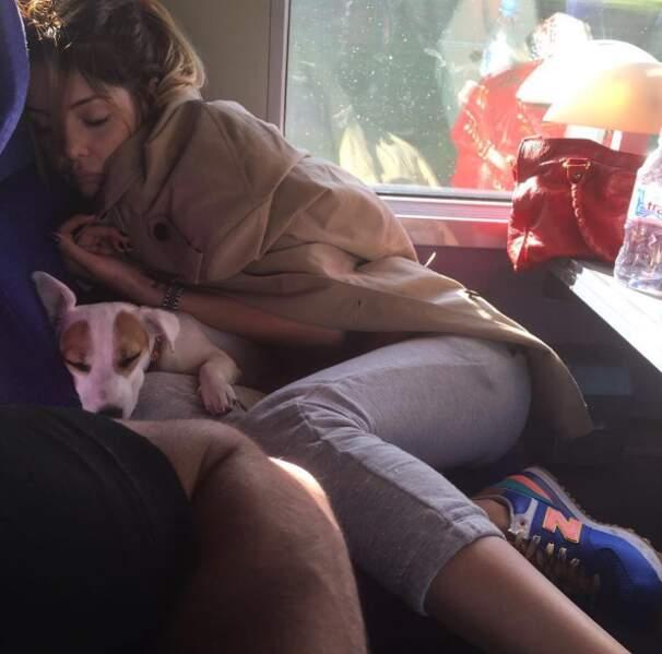 Mais changement radical de programme : c'est la grosse fatigue pour Nabilla. Et son chien Pita.