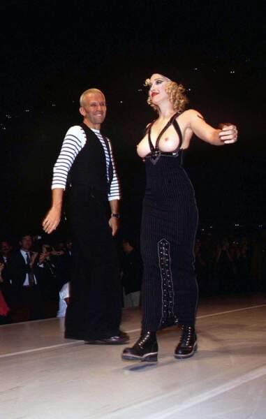 """Et Madonna pour Jean-Paul Gaultier. Il créera pour elle le """"body-corset"""", elle défilera pour lui en 1994."""