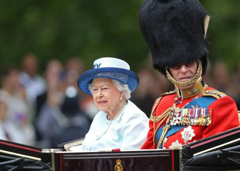 Au même moment, son mari, le duc d'Edimbourg, avait des difficultés à porter son bearskin d'officier !