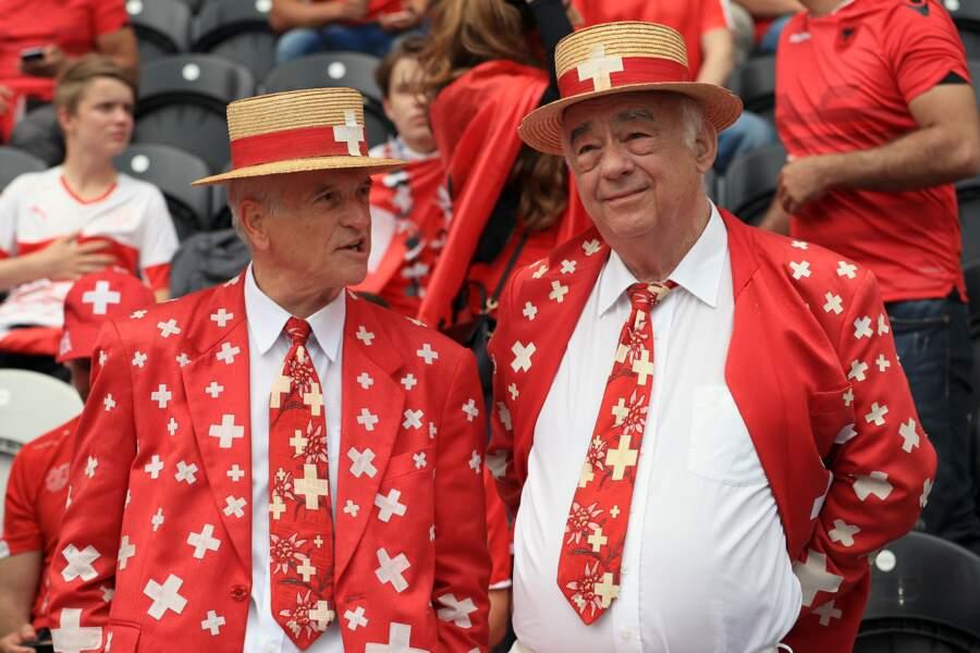Le chapeau, la cravate, la veste... Les Suisses ont tout misé sur l'imprimé drapeau