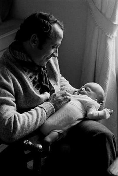 Voici les premiers pas dans la vie d'Alexandre Brasseur, dans les bras de son père