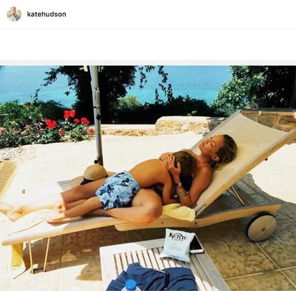 Kate Hudson se prélasse avec son enfant sur un transat