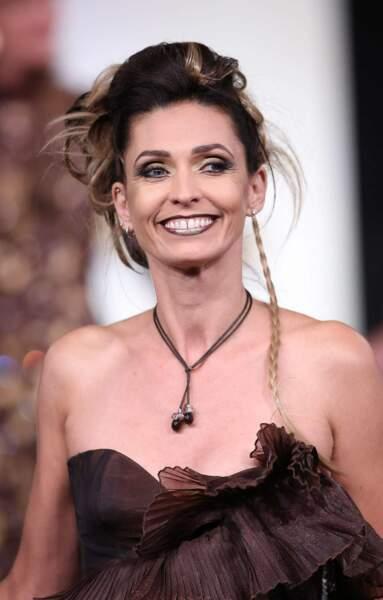La comédienne de Sous le soleil est en tout cas ravie de défiler dans cette robe cacao