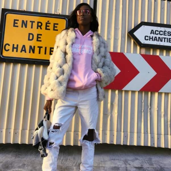 Leomie Anderson, elle, a préféré poser devant les travaux parisiens. Pourquoi pas ?