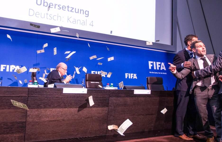 20 juillet, Sepp Blatter chahuté par une tourmente de billets. L'illustration d'une année très sombre à la FIFA