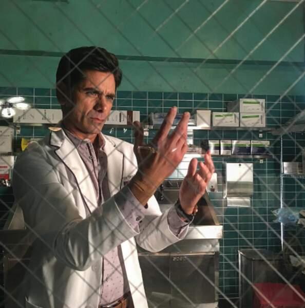 John Stamos a rejoint la saison 2 de Scream Queens et enfile une blouse de chirurgien
