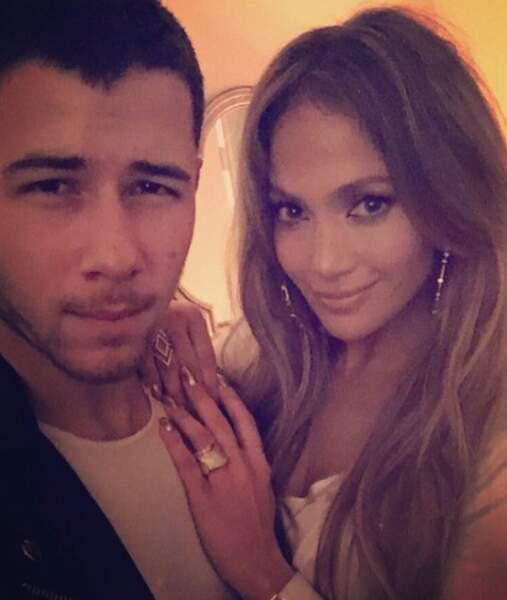 On soupçonne Nick Jonas d'avoir fait ce regard de braise pour charmer Jennifer Lopez.