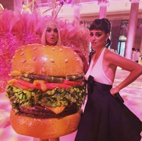 La tenue de Katy Perry à la soirée d'après-gala a laissé Penelope Cruz dubitative.