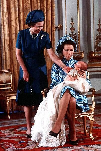 En décembre 1977, Peter Phillips, premier petit enfant de la reine Elisabeth est baptisé
