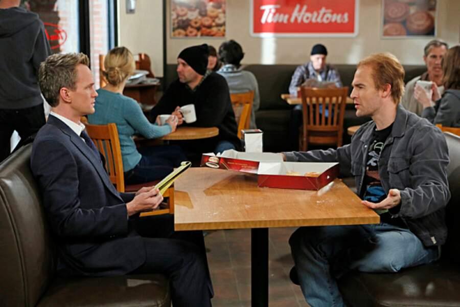 Barney Stinson va revoir Simon, interprété par James Van der Beek.