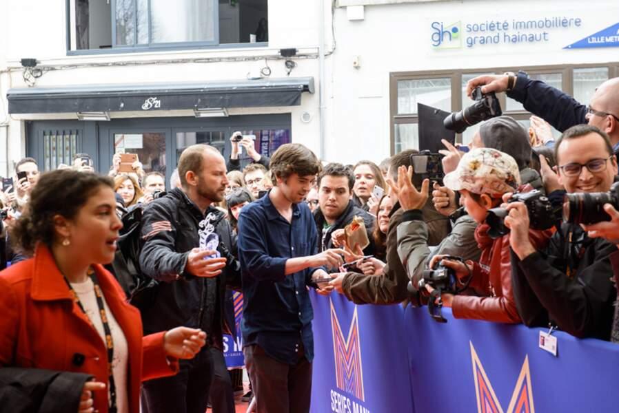 Revoilà Freddie Highmore, prenant du temps cette fois-ci pour ses fans, venus en masse pour le rencontrer
