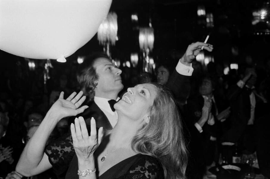 Dalida ici en 1977 entretiendra une liaison parfois houleuse avec Richard Chanfray dit le Comte de Saint-Germain.