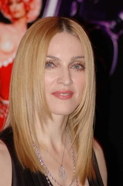 En 2005, elle s'essaie aux cheveux lisses